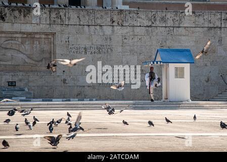 Evzone griechische Soldaten mit traditionellen Ankleiden und Gewehren paradieren vor dem Grab des unbekannten Soldaten am Syntagma Platz, Athenes, Griechenland - Stockfoto
