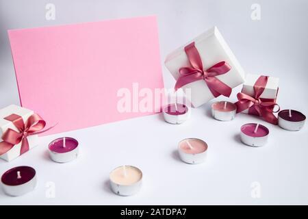 Platz für pinkfarbene Kopien mit Geschenkschachteln und Kerzen Stockfoto