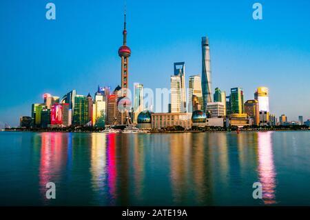 Kultiges Bild von Shanghais Pudong Skyline vom Bund in der Abenddämmerung. - Stockfoto