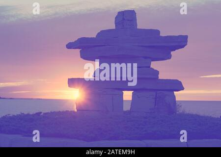 Canada Ontario Collingwood, Inukshuk at Sunset Point at Sunset Point at Sunset, Juni 2019, Inushuk Stone Landmark, We were Here, Pastell Tone