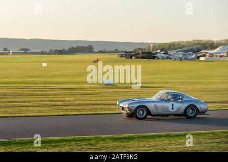 Goodwood Revival und ein Ferrari 250 GT swb Berlin-etta schleuderten während des Kinrara Trophy-Rennens um den Goodwood Motor Circuit.
