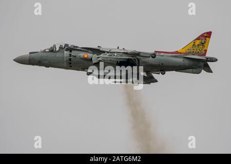 Kampfflugzeug-Display der spanischen Marine EAV-8B Harrier II Plus auf der Royal International Air Tattoo, RAF Fairford, Großbritannien am 21. Juli 2019. - Stockfoto