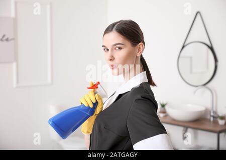 Schöne Zimmermädchen im Hotelbad - Stockfoto