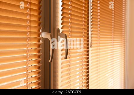 Moderne Jalousien hängen am Fenster - Stockfoto