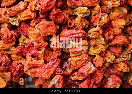 Nahaufnahme der traditionellen roten Paprika, die an einem Seil im türkischen Lebensmittelgeschäft hängen. Authentisches Lebensmittelkonzept. - Stockfoto
