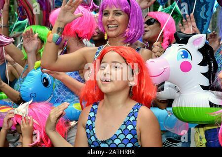 Brasilien - 17. Februar 2019: Die Enthüller feiern den Beginn des Karnevals in Rio de Janeiro, das eines der renommiertesten Festivals der Welt ist. - Stockfoto
