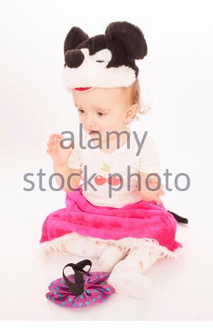 Studio-Porträt von niedlichem kleinen Mädchen auf weißem Hintergrund. - Stockfoto
