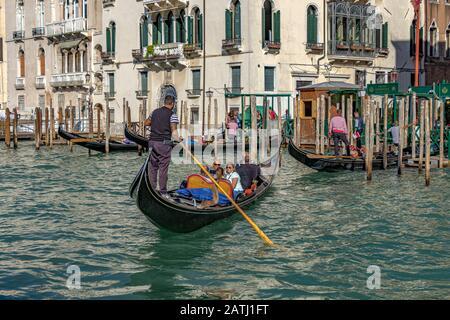 Toristen, die eine Gondelfahrt auf dem Canal Grande, Venedig, Italien machen - Stockfoto