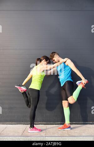 Mann und Frau Strecken sich nach dem laufen. Sportkonzept. Lifestyle-Konzept - Stockfoto