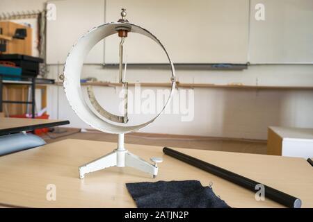 Klassisches Elektroskop mit Stab und Tuch in einem Klassenzimmer. Physik-Experiment. - Stockfoto
