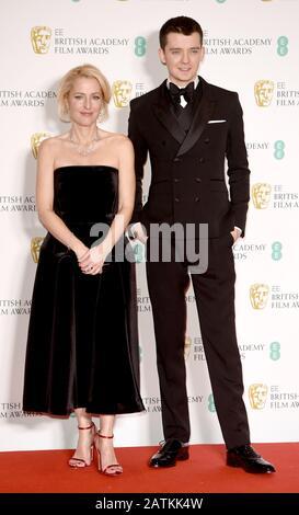 Foto Muss Gutgeschrieben werden ©Alpha Press 079965 02.02.2020 Gillian Anderson und Asa Butterfield bei den EE BAFTA British Academy Film Awards 2020 In Der Royal Albert Hall In London - Stockfoto