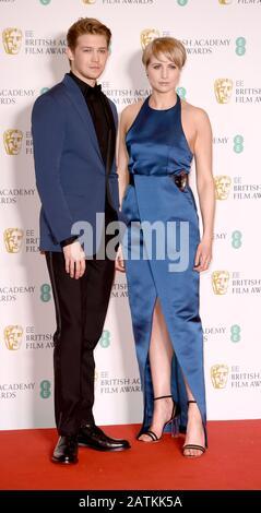 Foto Muss Gutgeschrieben werden ©Alpha Press 079965 02.02.2020 Joe Alwyn und Niamh Algar bei den EE BAFTA British Academy Film Awards 2020 In Der Royal Albert Hall In London - Stockfoto