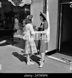 Junge Frauen, die auf einer Straße in der Innenstadt sind. Hollywood, Kalifornien. April 1942 - Stockfoto