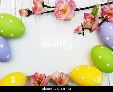 Osterhintergrund mit ostereiern und Blumen - Stockfoto