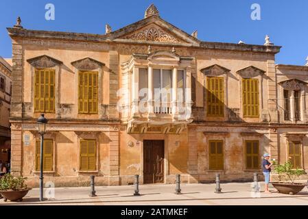 Menorca, Spanien - 14. Oktober 2019: Altes Gebäude auf dem Alfonso-III-Platz in Ciutadella von Menorca - Stockfoto