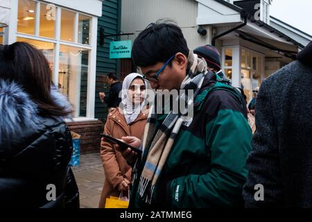 Käufer im Bicester Village während des Höhepunkts des Coronavirus Scare in England, Januar 2020 - Stockfoto