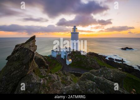 Startpunkt, Devon, Großbritannien. Februar 2020. Wetter in Großbritannien. Ein spektakulärer Sonnenaufgang am Start Point Lighthouse an der Südküste von Devon. Bildnachweis: Graham Hunt/Alamy Live News - Stockfoto