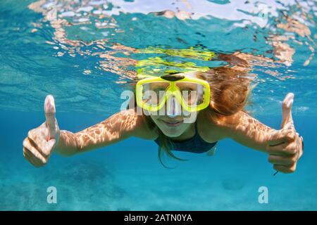 Glückliche Familie - aktive junge Frau beim Schnorcheln Maske tauchen unter Wasser, sehen tropische Fische im Korallenriff-Meerwasserpool. Reiseabenteuer, Badeaktivität - Stockfoto