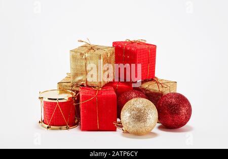 Weihnachtsgeschenk oder Geschenkschachteln und Weihnachtsdekorationen auf weißem Hintergrund - Stockfoto