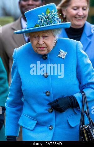 Das Bild zeigt die Königin, die am Sonntag, den 2. Februar, in der St Peter and St Paul Parish Church, West Newton bei Sandringham, Norfolk ankommt. - Stockfoto