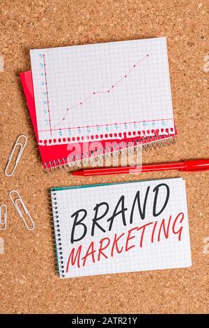 Textzeichen mit Markenmarketing. Geschäftsfoto mit einem Namen, der ein Product Desk-Notebook-Papierbüro c identifiziert und unterscheidet - Stockfoto