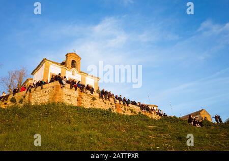 Granada, Spanien - 17. Januar 2020: EINE große Gruppe von Menschen betrachtet den Sonnenuntergang vom Aussichtspunkt der Einsiedelei San Miguel alto aus. - Stockfoto