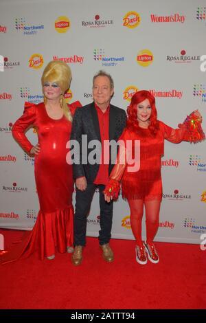 New YORK, New York - 04. FEBRUAR: Cindy Wilson, Fred Schneider und Kate Pierson von den B-52s besuchen Frauentag Feiert 17. Jährliche Red Dress Awards am - Stockfoto