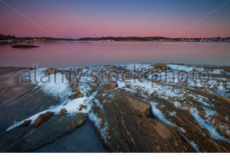 Schöner Winterabend am Oslofjord in Oven in der Råde Kommune, Østfold, Norwegen. - Stockfoto