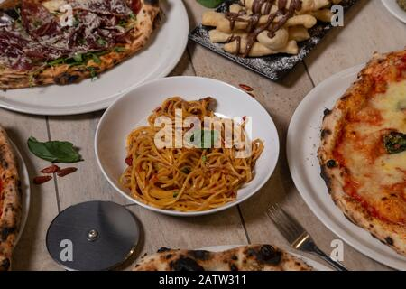 Traditionelle italienische Gerichte. Spaghetti, Pizza, typisch neapolitanisches Dessert mit Nutella. Isoliertes Bild. Mediterrane Küche. - Stockfoto