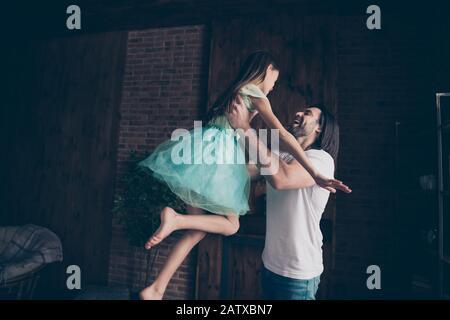 Foto der schönen kleinen liebenswerten Dame und ihres hübschen jungen Daddy Swing kleine Prinzessin erhöhen die Luft verbringen Wochenendzeit heimliche verspielte Atmosphäre