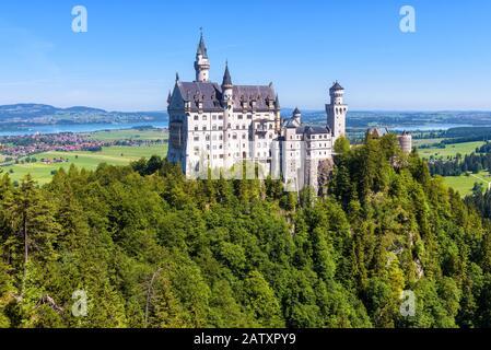 Schloss Neuschwanstein bei Füssen, Bayern, Deutschland. Diese Königliche Burg ist ein berühmtes Wahrzeichen Deutschlands. Schöne Landschaft mit Bergen und Fairyta - Stockfoto