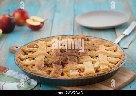 Hausgebackene Apfelkuchen aus gitterapfel, in einer Backform. - Stockfoto