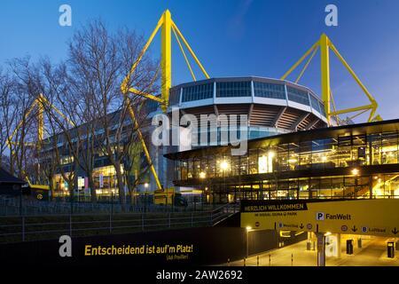 Borussia Dortmund Fanshop und Fußballstadion Signal Iduna Park, Deutschland, Nordrhein-Westfalen, Ruhrgebiet, Dortmund - Stockfoto