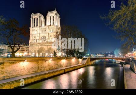 Kathedrale Notre-Dame in der Abenddämmerung in Paris, Frankreich - Stockfoto