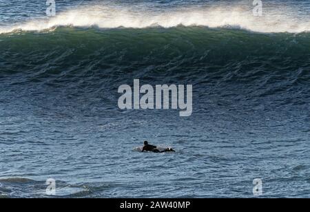 """Newquay, Cornwall, 06. Februar 2020. Wetter in Großbritannien: Die Sturmfluten von Ciara treffen auf Westbritannien. Surfer reiten am Strand von Fistral. Kredit: Robert Taylor/Alamy Live News"""" - Stockfoto"""