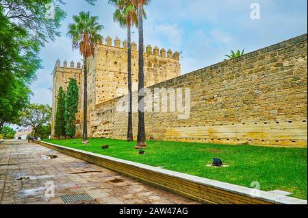 Das Äußere der Festung Alcazar ist eines der Hauptstadtmarken und historischen Symbole von Jerez, Spanien Stockfoto
