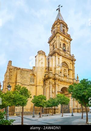 Die Fassade der Kirche San Miguel mit reichen verzierten Kalksteindekorationen, hoher Kirchturm mit Kegelmosaikdach, Jerez, Spanien Stockfoto