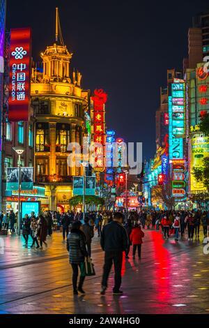 Shanghai, CHINA - 13. FEBRUAR 2018: Auf der Nanjing Road leuchten Neonschilder. Die Gegend ist das Haupteinkaufsviertel Shanghais und eines der geschäftigsten der Welt - Stockfoto