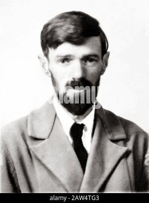 1923 Ca, GROSSBRITANNIEN: Der gefeierte englische Schriftsteller, Dramatiker, Dichter und Maler DAVID HERBERT LAWRENCE (* 1885 - 1930 ), Passfoto . - Stockfoto