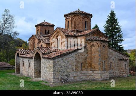 Blick auf die byzantinische Georgskirche im Dorf Omorfoklissia, in der Nähe von Kastoria, im Nordwesten Griechenlands - Stockfoto