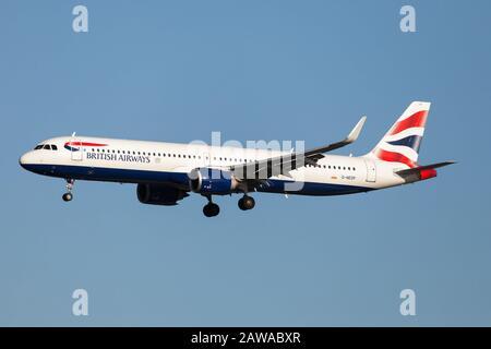 London, Großbritannien. Januar 2020. Ein British Airways Airbus 321 NEO landet am Flughafen London-Heathrow. Kredit: Fabrizio Gandolfo/SOPA Images/ZUMA Wire/Alamy Live News - Stockfoto