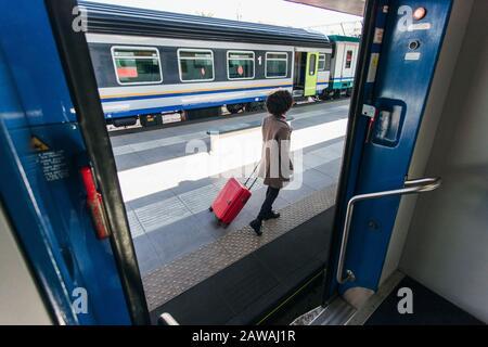 Elegante Frau, die auf Geschäftsreise im Zug ist