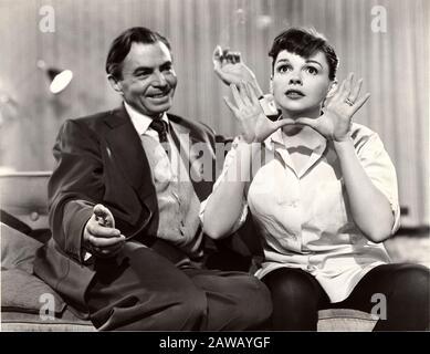 1954 , USA : Die Sängerin und Schauspielerin JUDY GARLAND (* 1922 in London; † 1969 in London) mit JAMES MASON (* zwischen dem Jahr 1907 und 1984 in EINEM STAR (* E' nata una stella) von George - Stockfoto