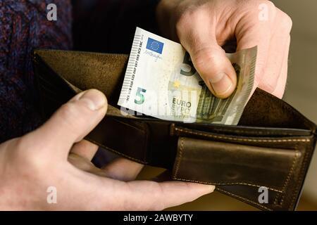 Geldbörse aus braunem Leder mit Euro in den Händen. Nahaufnahme. - Stockfoto