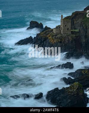 Botallack Mines, Cornwall, 8. Februar 2020. Wetter in Großbritannien: Hohe Winde trafen die Küste von Cornwall und brachten atlantische Wellen, die am Samstagnachmittag vor dem Sturm Ciara in die Felsen bei Botallak Mines in der Nähe von St Just, Cornwall stürzen. Schwere Wetterwarnungen wurden mit Windgeschwindigkeiten von 80 mph und starken Regenprognosen veröffentlicht, wenn die volle Auswirkung des Sturms morgen das Vereinigte Königreich trifft. Es wurden Warnungen vor weitverbreiteten Reiseunterbrechungen ausgegeben. Kredit: Celia McMahon/Alamy Live News - Stockfoto