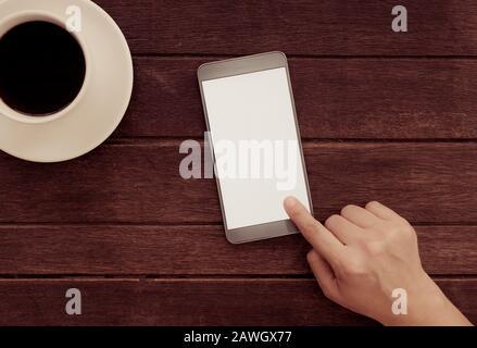 Männer mit Handy im Café. Leerer Bildschirm für Ihre Werbung. Blick von oben. - Stockfoto