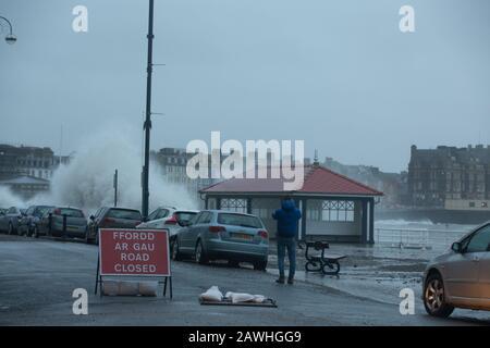 Wetter in Großbritannien: Riesige Wellen, als Storm Ciara heute Morgen Aberystwyth trifft - Stockfoto