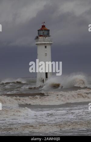 New Brighton, Merseyside, Großbritannien. Februar 2020. Wetter in Großbritannien. Gale Force windet sich, als Storm Ciara auf New Brighton Merseyside trifft. Kredit: Ken biggs/Alamy Live News - Stockfoto