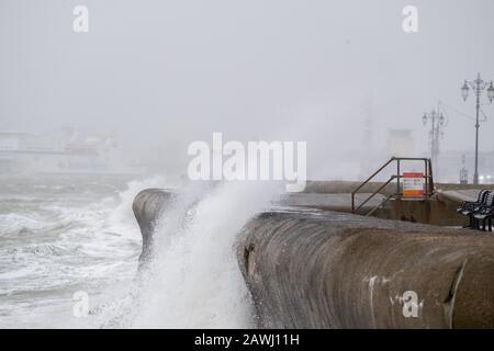 Portsmouth, Hampshire, Großbritannien. Februar 2020. Riesige Wellen stürzen entlang der Meeresfront und dem Pier ab, während Storm Ciara Großbritannien EINE gelbe Warnung trifft, die im ganzen Land gegeben wird, da hohe Winde mit 80 km/h zu Schäden und möglichen Lebensgefahr führen werden: Credit Paul Chambers/Alamy Live News - Stockfoto