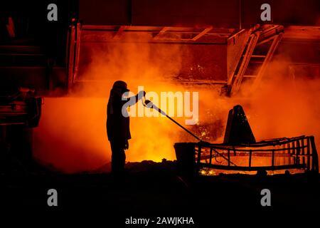 Ein Stahlarbeiter nimmt eine Probe am Blast Furnace 4 auf dem Tata Steel Port Talbot Standort in South Wales.